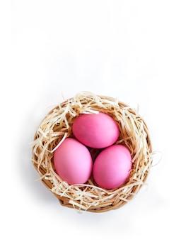 Nido di vimini con uova colorate di rosa
