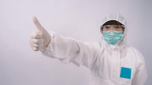 Immagini grandangolari di una dottoressa asiatica in tuta dpi o dispositivi di protezione personale e medici