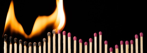 Foto grandangolare della fila di fiammiferi con testa rosa sotto forma di grafico