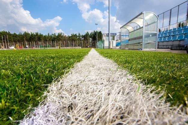 Colpo grandangolare dalla linea di marcatura del campo di calcio al giorno soleggiato