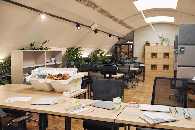 Immagine di superficie grandangolare di due contenitori per la raccolta differenziata sulla scrivania nell'interiore dell'ufficio moderno, spazio della copia