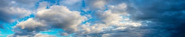 Ampio panorama con nuvole bianche e scure in un cielo drammatico. tempo instabile
