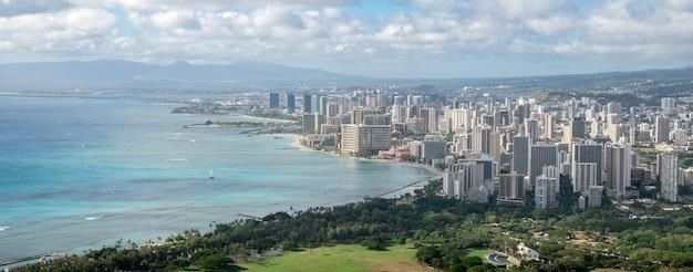Ampio scatto panoramico della città costiera con acque azzurre