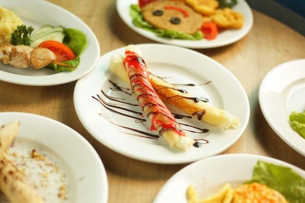 Ampia scelta di piatti deliziosi sulla tavola del ristorante
