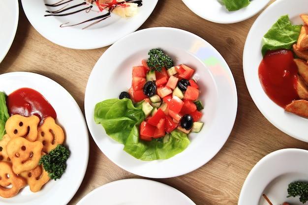 Ampia scelta di deliziosi piatti in tavola