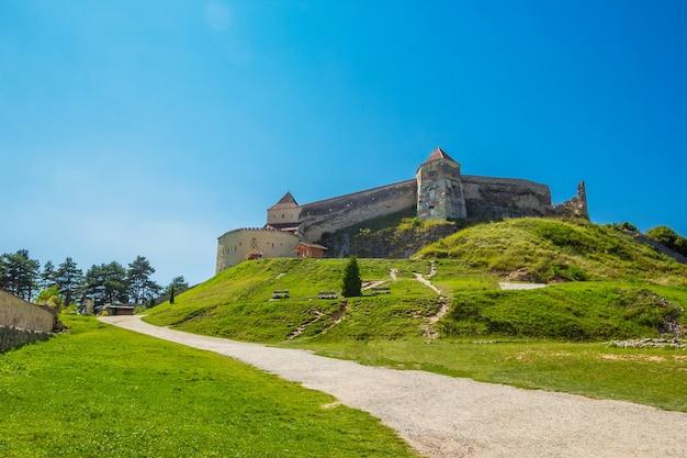 Ampia vista del cortile interno del castello di rasnov nella contea di brasov in estate.