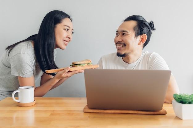 La moglie si prende cura del marito da casa nel lavoro di concetto.