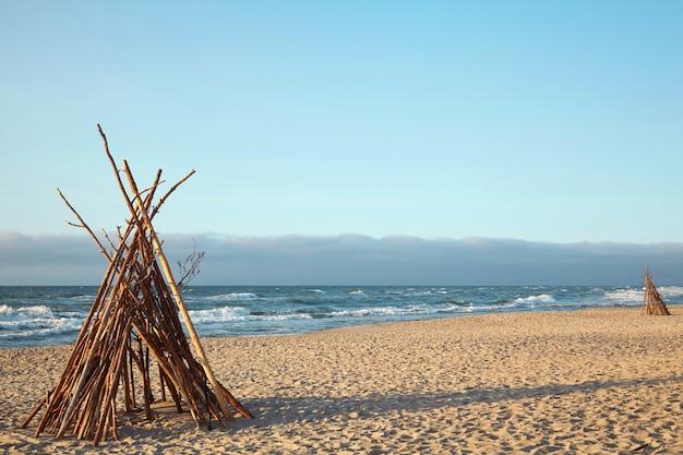 Wigwam sulla spiaggia. capanna abbandonata. vita selvaggia in riva al mare