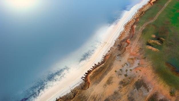 Spiaggia selvaggia con spiagge di ghiaia e sale.