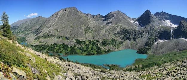 Su una gola selvaggia con un lago nei monti altai, viaggio estivo