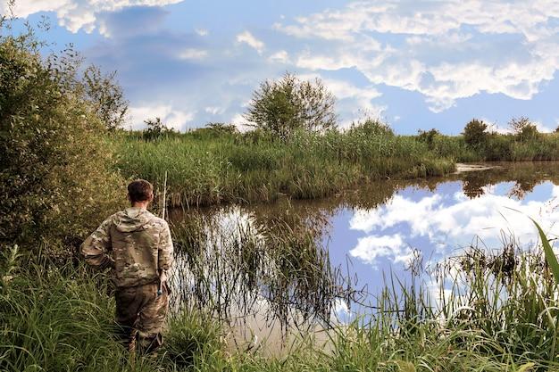 Lago selvaggio ricoperto di vegetazione sulle rive di canne e carici