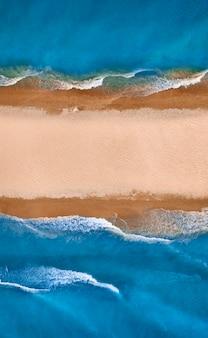 Spiaggia tropicale selvaggia e sabbia pulita