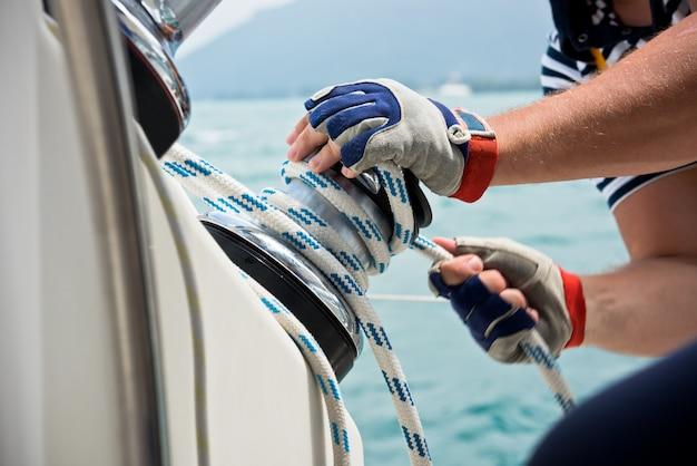 Verricello e marinai mani su una barca a vela