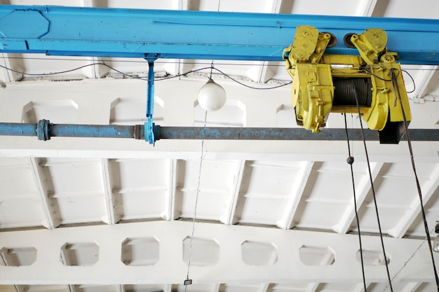 Verricello con un gancio sul soffitto dell'officina