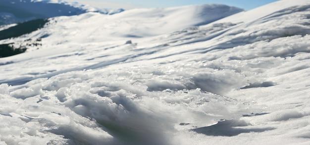 Il vento forma grumi di ghiaccio sullo sfondo del paesaggio di montagna (ucraina, monte dei carpazi, stara e monte petros dietro). cinque colpi punto immagine.