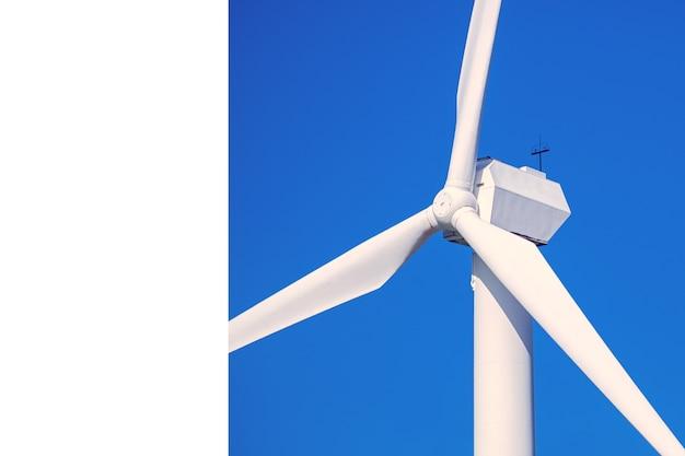 Generatore eolico per la generazione di elettricità rinnovabile su un primo piano di sfondo blu cielo, con una copia dello spazio