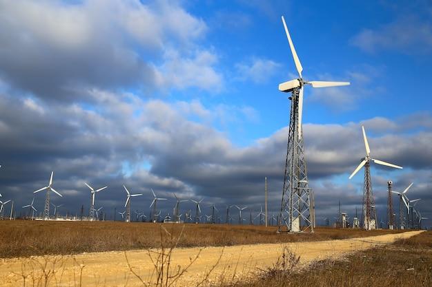 Mulini a vento durante la luminosa giornata estiva