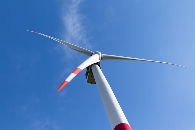 Turbina eolica contro il cielo blu, concetto di fonte di energia alternativa