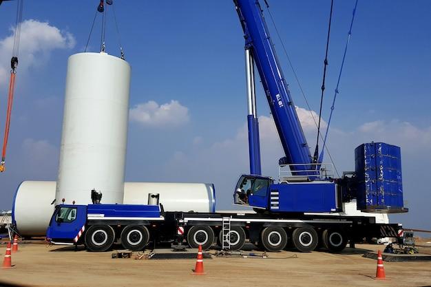 Installazione di torri per turbine eoliche con una grande gru presso parchi eolici