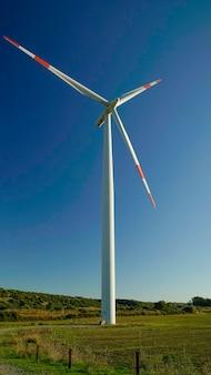 Turbina eolica con un bel cielo azzurro. eoliche, elettricità. portoscuso, sud sardegna