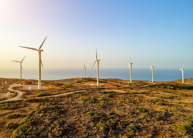 Turbine eoliche sul bellissimo paesaggio montano soleggiato