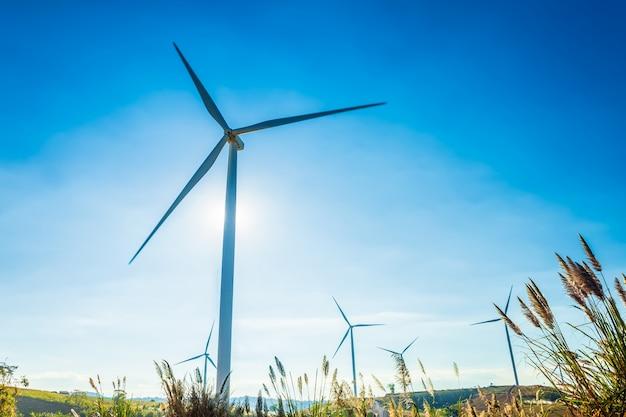 Turbine eoliche sulla collina nel parco khao kho, thailandia. energia pulita, energia ecologica, energia verde.