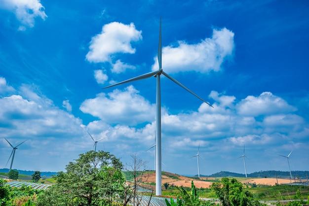 Turbine eoliche sulla montagna con cielo blu in thailandia.