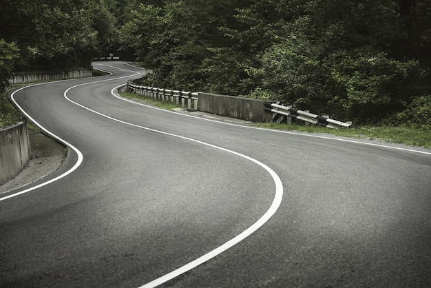 Strada tortuosa in montagna. curve.