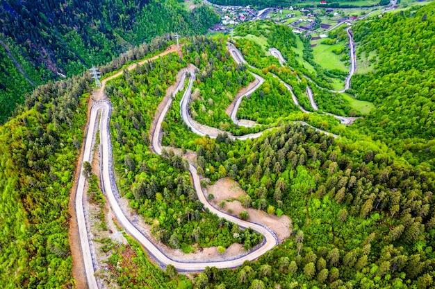 Strada tortuosa per il passo ughviri nelle montagne del caucaso - svaneti, georgia