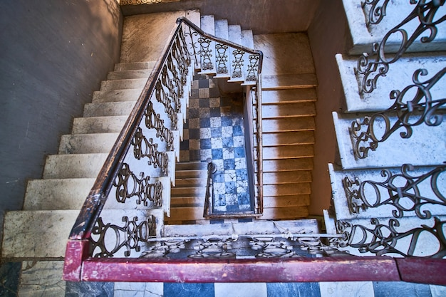 Avvolgimento scala a chiocciola vintage nella vecchia casa a tbilisi, georgia