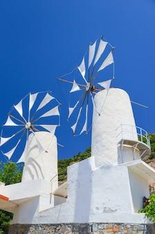 Mulino a vento costruito sulla montagna
