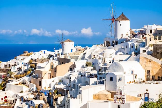 Mulino a vento nel villaggio di oia sull'isola di santorini, grecia