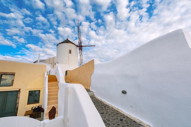 Mulino a vento e case bianche, oia - santorini, grecia