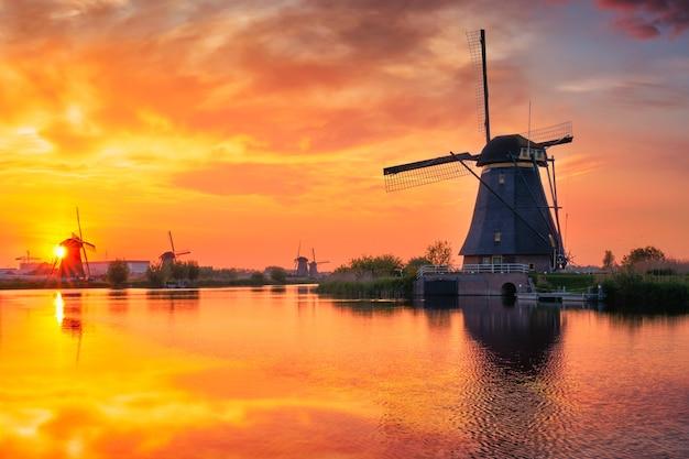 Mulini a vento a kinderdijk in olanda paesi bassi