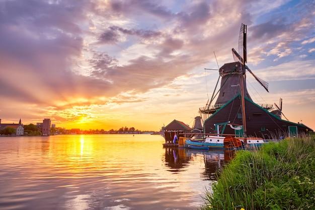 Mulini a vento a zaanse schans in olanda sul tramonto zaandam nether