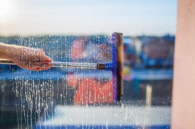 Spazzola per la pulizia dei vetri. ampia vetrina in edificio multipiano, servizio di pulizia. pulizia delle finestre in grattacieli, case con una spazzola. rimozione polvere e lavaggio vetri.