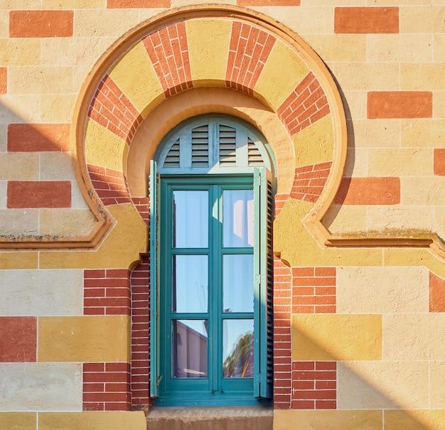 Finestra decorata con un arco colorato in stile arabo