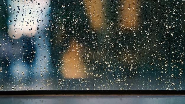 Finestra e caduta di pioggia in condominio o appartamento in un giorno di pioggia a bangkok thailandia