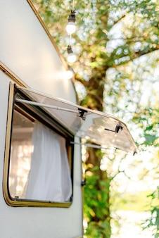 La finestra nella roulotte in campeggio