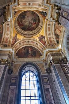 Vista della finestra e pittura nella cattedrale di sant'isacco.