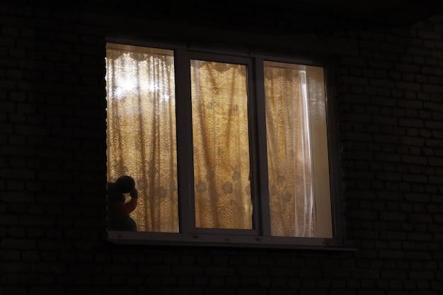 Le finestre si illuminano di notte in un condominio. foto di alta qualità