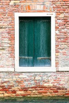 Windows della vecchia casa a venezia, italia