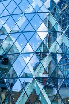 Windows of skyscraper business office con cielo blu