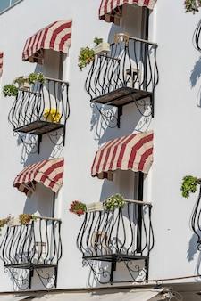 Finestre con balcone sulla facciata di edificio con ornamenti in ghisa a bodrum, turchia