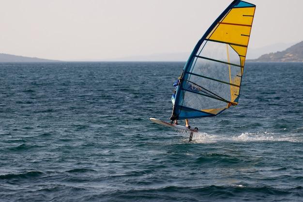 Windsurf, sport estremi. sport acquatici. atleta in competizione. vista sul mare con atleta. foto di alta qualità