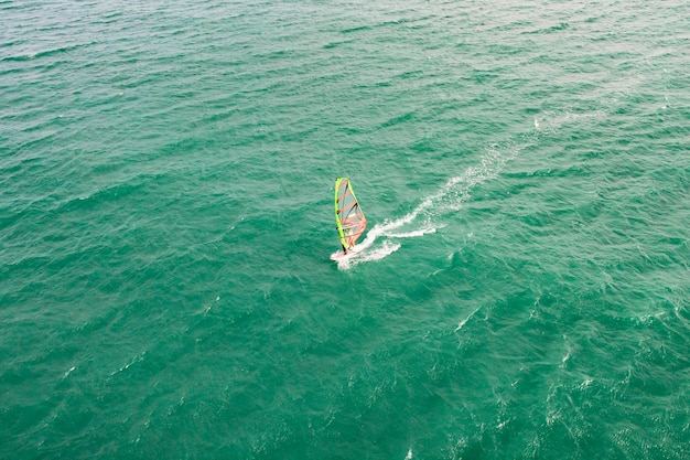 Windsurf, windsurf. sport estremo nell'oceano blu tropicale, acqua limpida. vedute aeree, vista dall'alto del windsurf sulle onde del bellissimo mare in vietnam, mui ne.