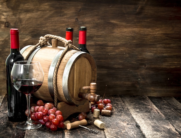 Sfondo di vino. una botte con vino rosso e uva fresca.