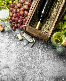 Sfondo di vino vino rosso e bianco da uve fresche su uno sfondo rustico
