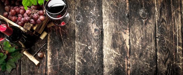 Sfondo di vino. vino rosso con una scatola di uva.
