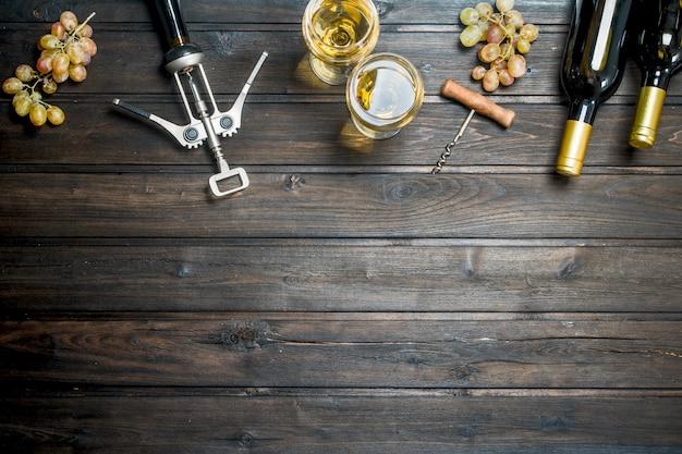 Sfondo di vino. vino bianco con uva. su uno sfondo di legno.